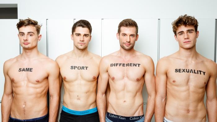 Simon en drie andere roeiers voor 'same sport, different sexuality', hij draagt 'different' op zijn borst omdat hij anders is dan de rest.